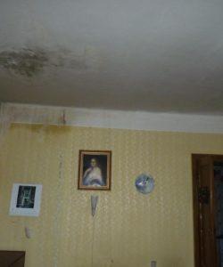 Forografie skvrny na stropě po prosáknutí vody