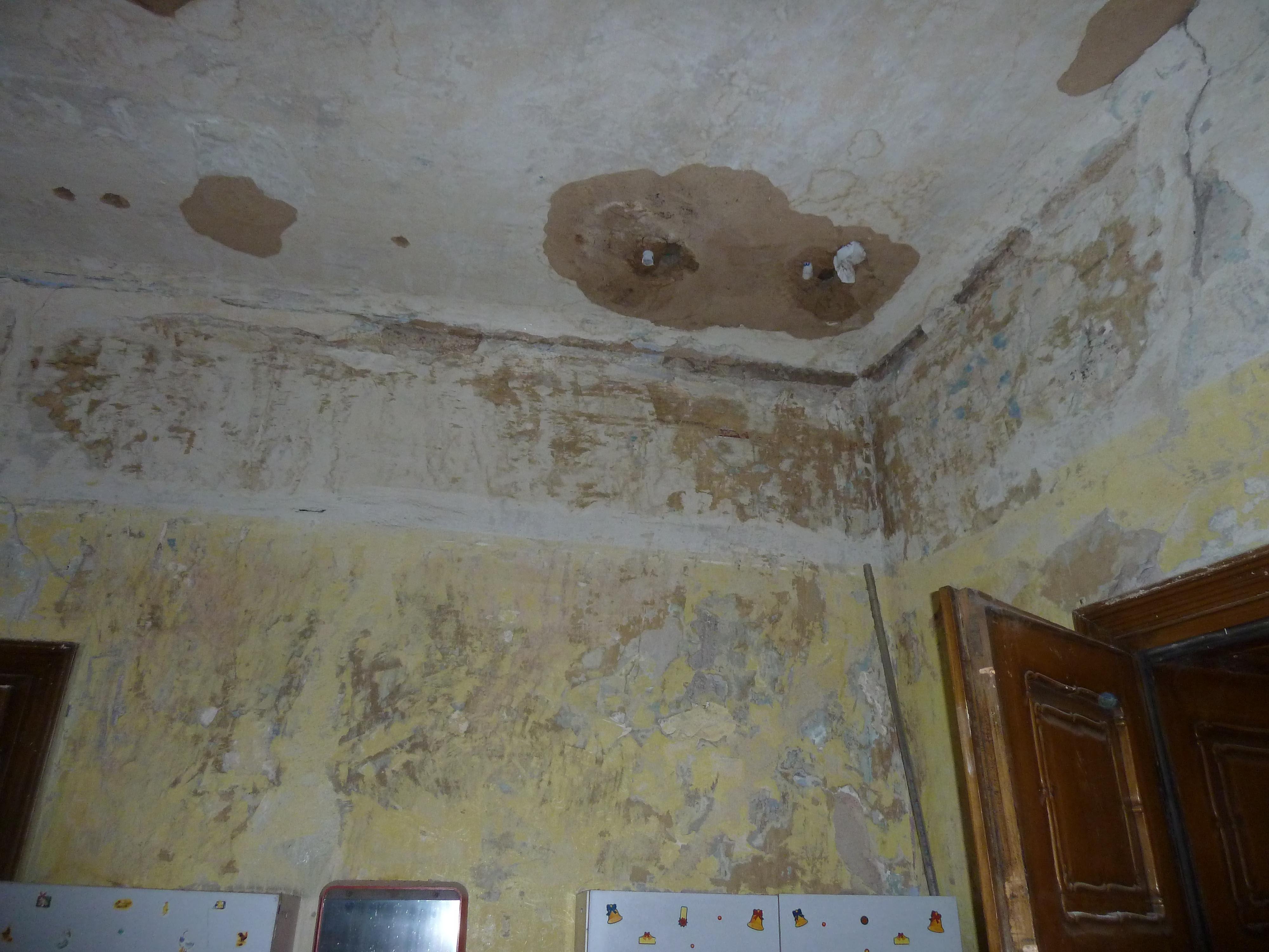 Nevzhledně promáčený strop