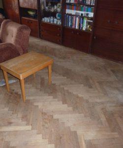 Poškozená parketová podlaha